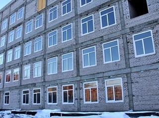 В новой поликлинике на улице Лазурной стеклят окна