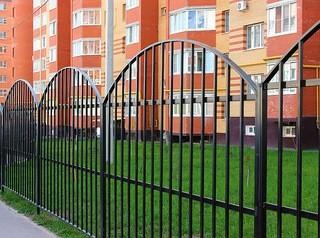 Жители многоквартирного дома имеют право огородить свою территорию забором