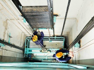 Контракт на замену лифтов в Красноярске получил вызывающий сомнения подрядчик